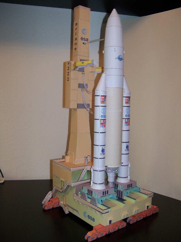 Paper model del cohete Ariane 5 y su plataforma de lanzamiento.